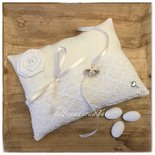 Cuscino per fedi in lino bianco avorio con pizzo vintage e rosellina di lino