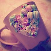 Tazza decorata di fiori di fimo