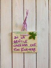 Viola e verde su quadretti di legno