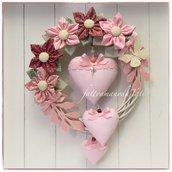 Fiocco nascita primavera in vimini con fiori e cuori di cotone sui toni del rosa