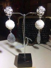 Orecchini con pallina incisa in conchiglia bianca, quarzo grigio e bottone a fiore