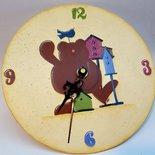 Orologio in vetro con orsetto dipinto a mano per camera bambini.