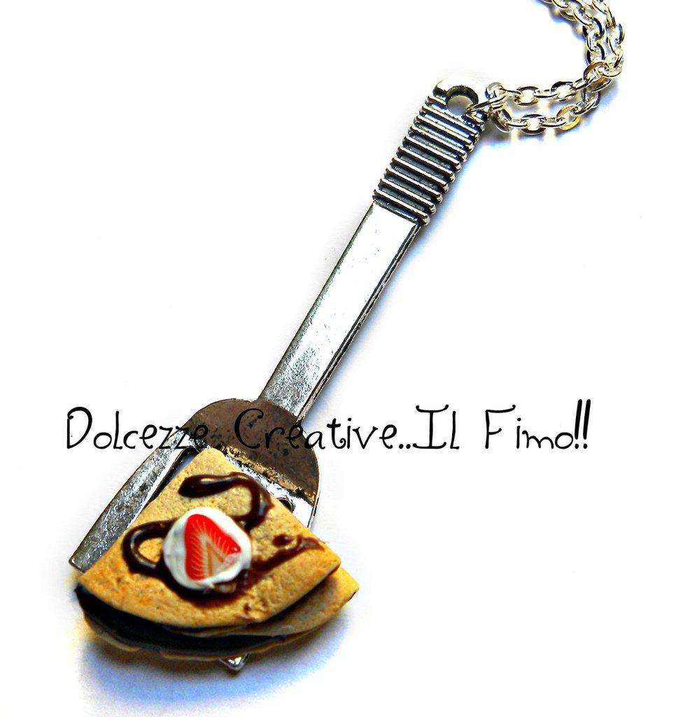 Collana Spatola Con crepe - crespella al cioccolato con panna e fetta di fragola - idea regalo - miniature kawaii
