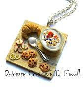 Collana vassoio con cornetto - croissant - tazza latte e cereali, mela, banana e cookie - biscotti