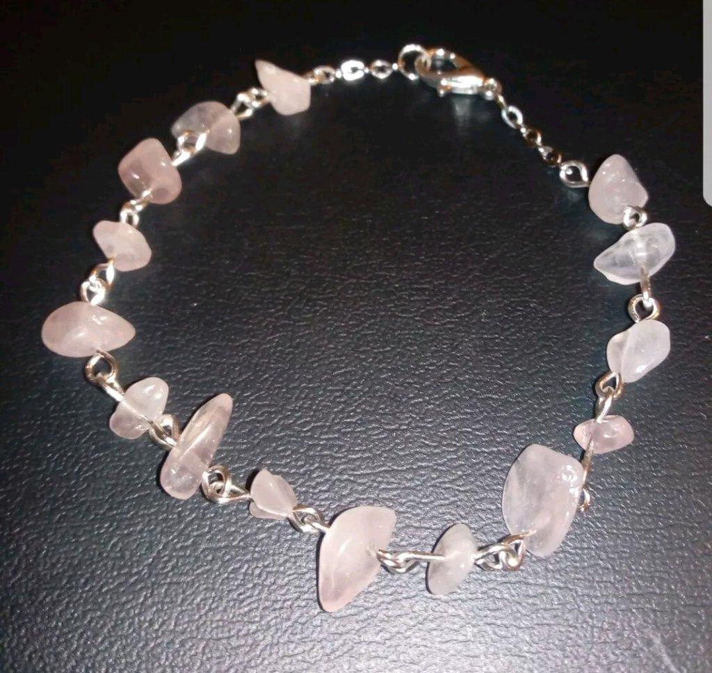 Braccialetto in metallo con pietre semi preziose.  Quarzo rosa