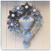 Fiocco nascita primavera in vimini con fiori e cuori di cotone sui toni del blu/azzurro