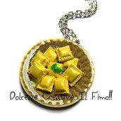 Collana piatto di ravioli con salsa e basilico - miniature - idea regalo fimo e cernit - kawaii