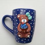 tazza in ceramica con applicato sul davanti un simpatico orsetto
