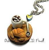 Collana Vassoio in legno con cornetto in fimo e tazza di cioccolata con marshmallow - miniature - kawaii