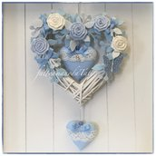 Fiocco nascita in vimini con roselline di cotone bianche e azzurre ,cuori con pizzo e farfalla a pois