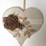 Cuore di legno shabby chic da appendere con rosa di feltro marrone