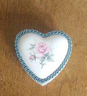 Per la festa della Mamma scatolina decorata a mano con coperchio in porcellana e passamaneria