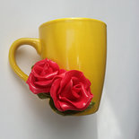 tazza in ceramica con applicato sul davanti due rose ralizzate in porcellana fredda