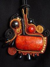 collana fatta a mano con tecnica soutache, madrepora e ematite