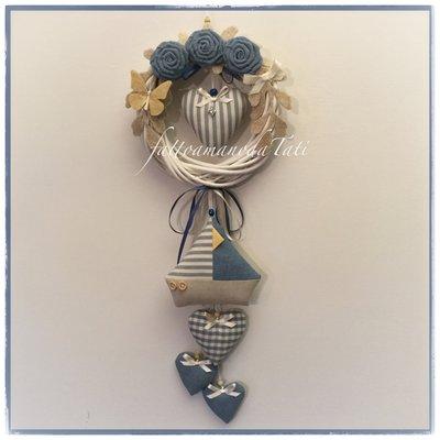 INSERZIONE RISERVATA PER CARMEN Fiocco nascita in vimini con rose,cuori ,una barca in cotone sui toni azzurro/beige e una farfalla gialla