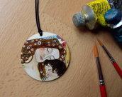 MATERNITA'. Ciondolo in legno dipinto a mano. La Maternità di Klimt. Arte da indossare. Idea regalo