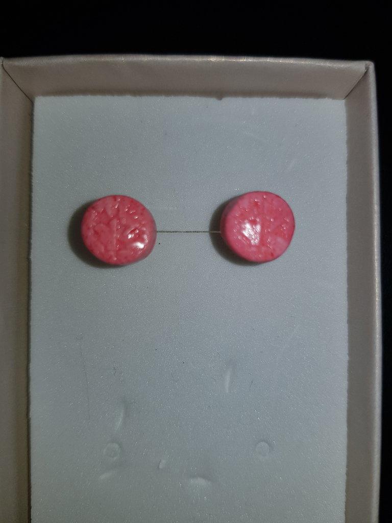 Orecchini in pasta di mais bottone rosa. Foglia acero