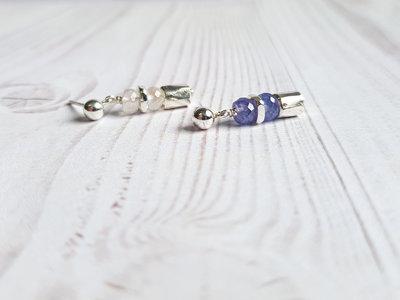 Piccoli orecchini in pietra di luna e Tanzanite. Orecchini artigianali in argento fatti a mano. Orecchini asimmetrici