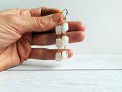 Orecchini pendenti in stile rosario in oro con pietra di luna. Orecchini artigianali in pietra di luna, fatti a mano.