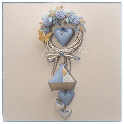 Fiocco nascita in vimini con rose,cuori,barca a vela sui toni dell'azzurro/bianco e farfalla gialla