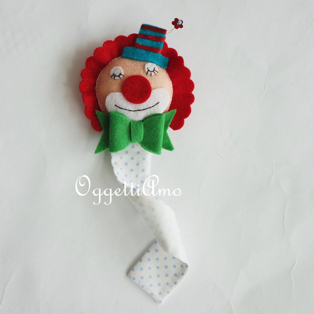 Colorati segnalibro come bomboniera: allegri pagliacci in feltro per le sue bomboniere a tema circo