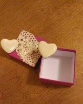 Scatolina decorata con il cuore di pizzo e con dentro due pomelli fatti a cuore in ceramica beige