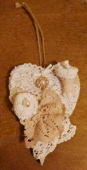 Cuore in legno da appendere decorato in stile shabby chic