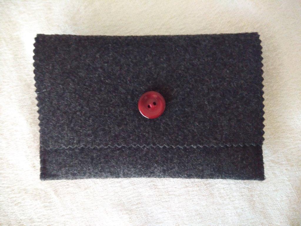 Per la festa del papà - portafoglio da uomo in feltro antracite e bottone bordeaux-oggetto utile e comodo che potete regalare al vostro lui per  San Valentino