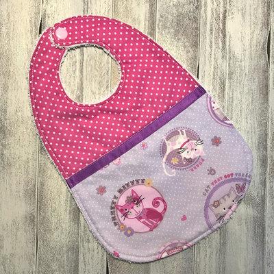 Bavaglino per bebè 0-3 mesi rosa con gatti.