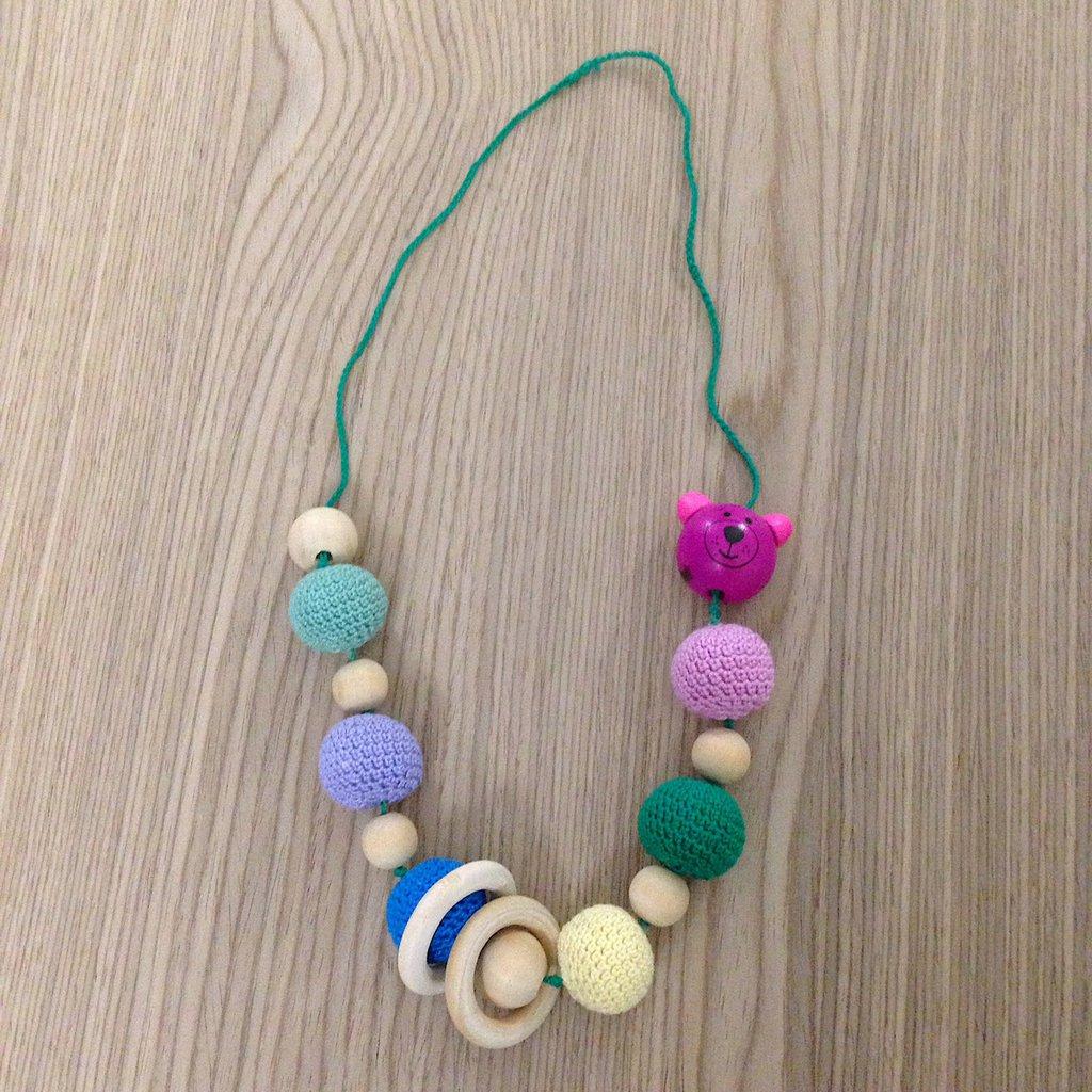 Collana da allattamento con perle amigurumi colorate e orsetto, fatta a mano all'uncinetto