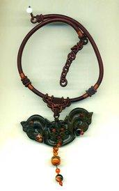 Girocollo tubolare in seta marrone con grande pendente in giada con due cavalli