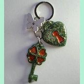 portachiavi fatto a mano con piccole chiavi in resina