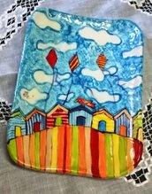 Poggia mestolo doppio di ceramica decorato casette stilizzate aquiloni nuvole nel cielo spugnato