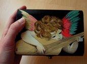 Cofanetto ANGIOLETTO. Portagioie in legno dipinto a mano. Scatola in legno.Putto che suona. Rosso Fiorentino. Idea regalo