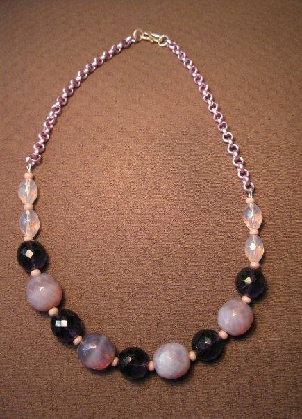 Collana con catena lilla e perle sfaccettate