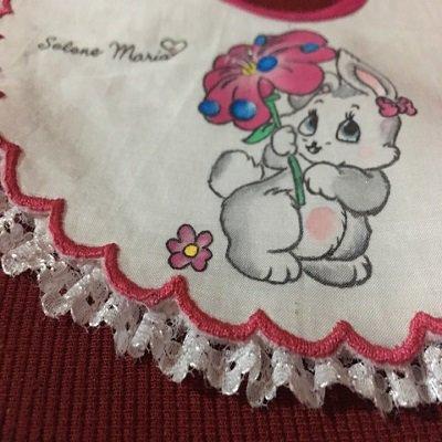 Bavaglino con coniglietta fucsia dipinto e realizzato interamente a mano