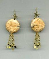 Orecchini pendenti in argento dorato con grande pastiglia a forma di pesce in osso