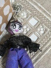 Collana lunga con ciondolo bambolina di ceramica dipinta a mano