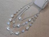 Collana lunga a tre giri con perle, cristalli e pietre di luna.