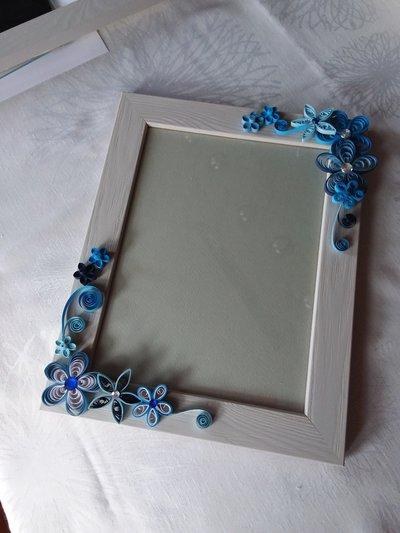 Cornice con fiori azzurri