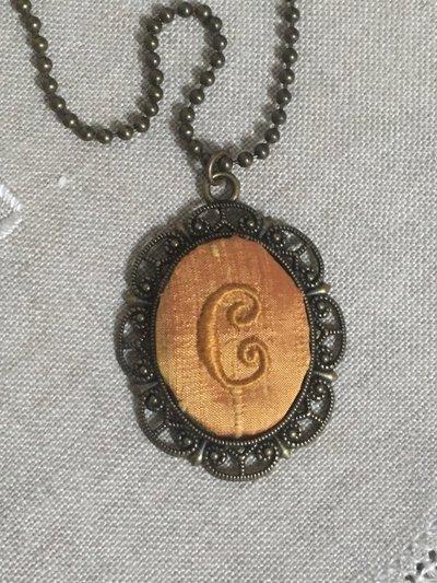 Collana con ciondolo personalizzato, ciondolo con lettera ricamata a mano, medaglione vittoriano con Iniziale, festa della mamma