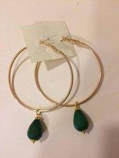 Orecchini a cerchio dorati con pendente in agata verde scuro