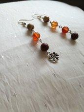 Orecchini pendenti fatti a mano con  pietre dure multicolore e fiore in antico argento tibetano, orecchini in diaspro tonalità 'arancione e charms in argento antico