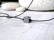 Collana uomo filo di cuoio con annodato una pietra di ematite a forma di cubo, fatto a mano. Idea regalo
