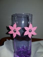 Orecchini fiore rosa in gomma crepla con al centro quarzo rosa