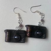 orecchini con  piccole macchine fotografiche realizzate a mano con porcellana fredda