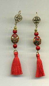 Orecchini pendenti con coccinella in cloisonne' e nappina rossa