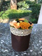 Barattolo di latta rivestito di feltro con fiori di feltro