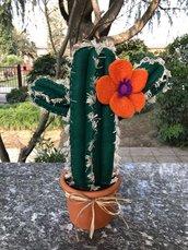 Vaso di terracotta con cactus grande di feltro e fiore arancione