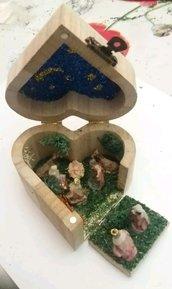 Presepe in scatola a forma di cuore pirografata a mano